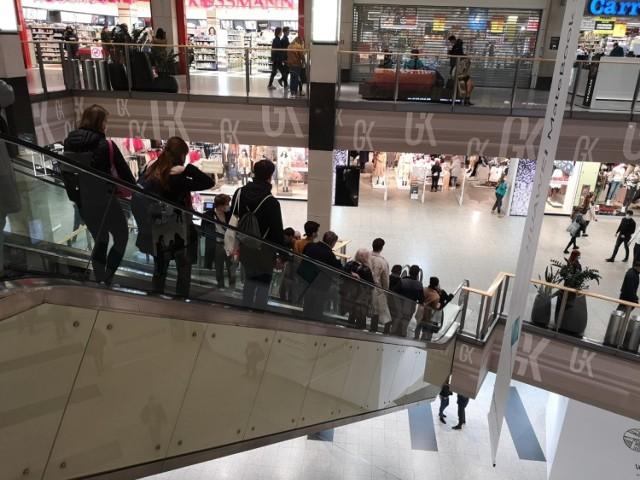 """Galerie handlowe w piątek wypełniły się klientami. Od soboty koronawirus """"zamyka"""" większość sklepów."""