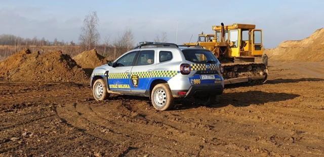 Strażnicy miejscy zatrzymali operatora koparki, który zakopywał w okolicach Żabich Dołów kompost wraz z odpadami.