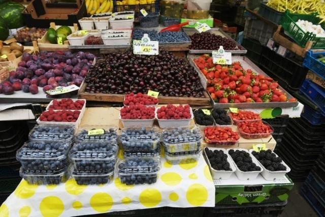Mimo urodzaju i niskich cen owoców w skupie, na straganach w tym roku wcale nie jest tanio. Cena kilograma wiśni, czereśni lub truskawek to około 10 zł