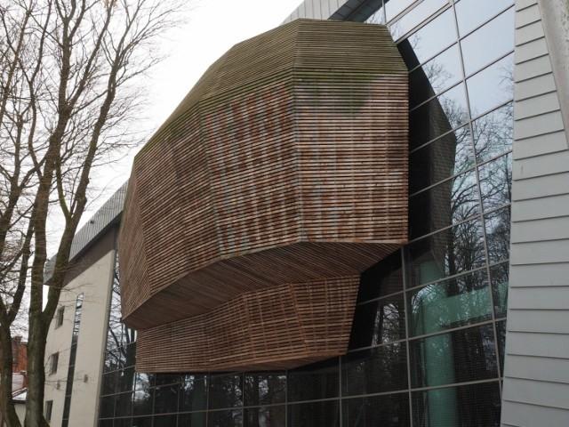 - Spacerując po parku zauważyłam, że stan elementów drewnianych Filharmonii Koszalińskiej wygląda niepokojąco. Rzecz chyba nadaje się do remontu, co jest dziwne, bo budynek ma raptem 7 lat - alarmuje jedna z naszych czytelniczek.