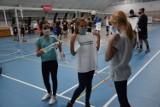Akademia siatkówki w Zduńskiej Woli. Koszulki dla uczestników na podsumowanie projektu
