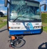 Rowerzysta wjechał pod autokar. Śmigłowiec zabrał go do szpitala ZDJĘCIA