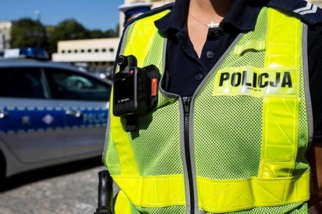 Z ustaleń funkcjonariuszy wynika, że nietrzeźwy 47-latek przez kilkanaście minut woził zamkniętego mężczyznę po czym wypuścił go w innej miejscowości