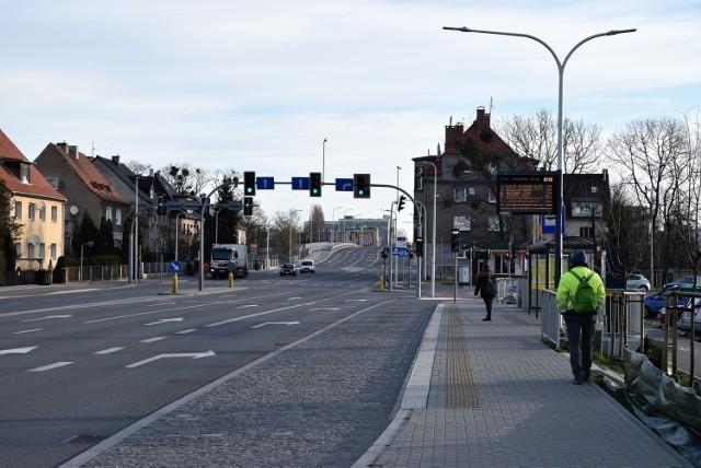 Koronawirus w Opolu. Mały ruch w poniedziałek na ulicach miasta. Na zdjęciu: ulica Niemodlińska.