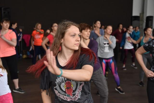 W niedzielny poranek scenę opolskiego amfiteatru zajęli miłośnicy zumby.
