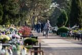 Cmentarze już otwarte. Mieszkańcy Bydgoszczy ruszyli na groby swoich bliskich [zdjęcia]