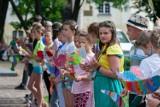 Happening uczniów szkoły muzycznej w Bydgoszczy. Kolorowe ptaki symbolizują nadejście czasów bez wirusa