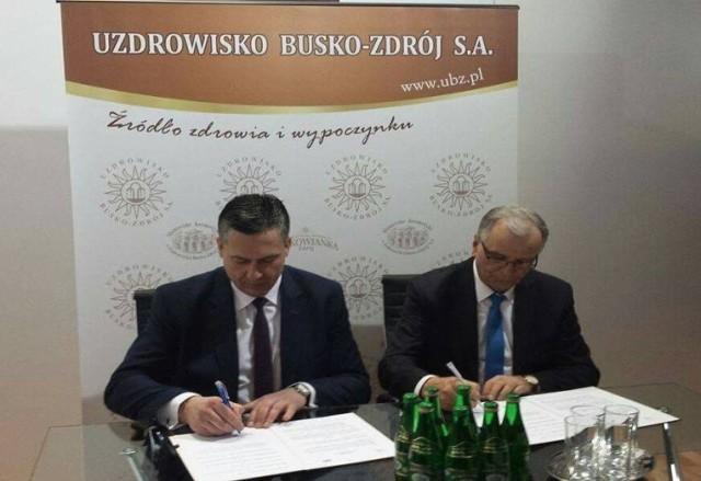 Dyrektor buskiego szpitala Grzegorz Gałuszka i szef IQS CERT Geog Jankowski podpisują umowę podczas targów w Berlinie.