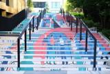 Najbardziej kolorowe schody w Warszawie. 50 metrów kwadratowych nowoczesnej sztuki w stolicy