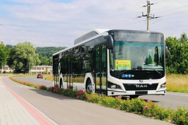 Na autobusach jest dużo miejsca na hasło.