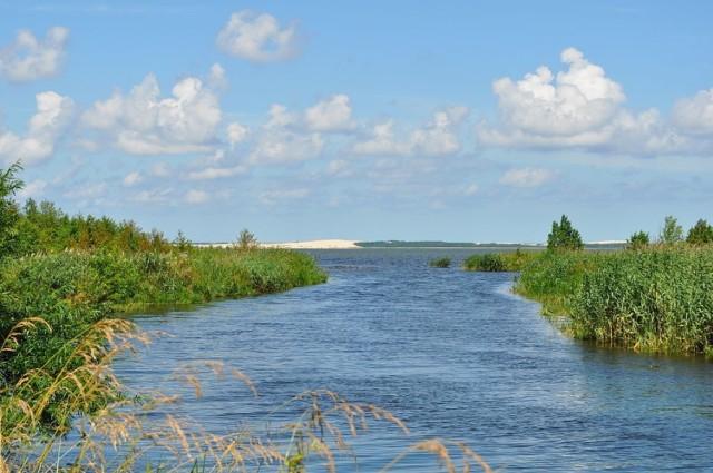 JEZIORO ŁEBSKO Lokalizacja: Wybrzeże Słowińskie, woj. pomorskie  Łebsko to jezioro przybrzeżne położone na terenie gmin Wicko oraz Smołdzino. Jest ono trzecim pod względem powierzchni jeziorem w Polsce. Leży na terenie Słowińskiego Parku Narodowego. Na jeziorze w sezonie wakacyjnym realizowana jest żegluga pasażerska. Jezioro wykorzystywane jest też przez kajakarzy. Część powierzchni jeziora została udostępniona do wędkowania.