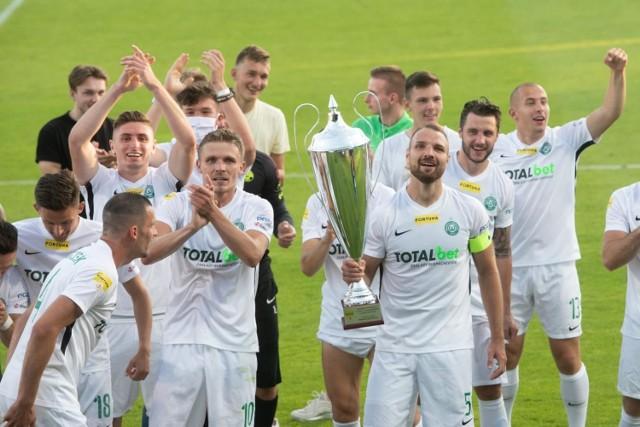W piątek oficjalną premierę miała FIFA 21. Sprawdziliśmy, jak wyglądają parametry piłkarzy Warty Poznań i kogo eksperci z firmy EA Sports ocenili najwyżej. Pierwszy raz w historii, od kiedy wychodzi gra, mamy w niej dwie drużyny z Poznania!   Zobaczcie najlepszych zawodników Warty pod względem oceny ich ogólnych umiejętności (skala 1-100) --->