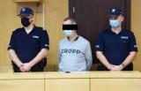 Wyrok w sprawie rozboju z nożem na poczcie w Krośnie. Oskarżony dobrowolnie poddał się karze. Wyrok: 4 lata więzienia