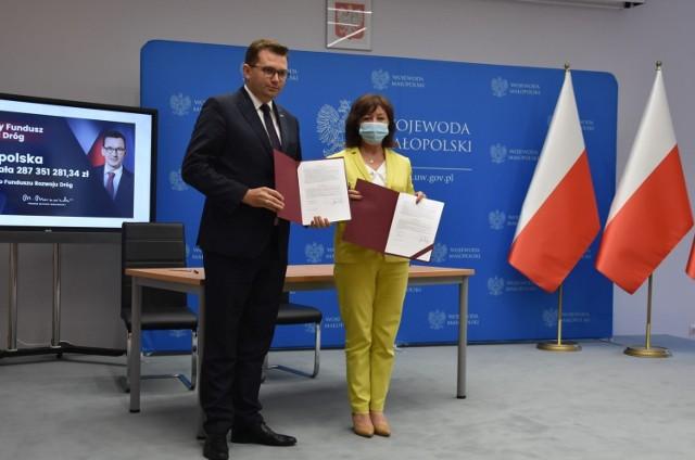 Dzisiaj, 8 lipca w Małopolskim Urzędzie Wojewódzkim w Krakowie podpisane zostały pierwsze umowy w gminami dotyczące dofinansowania inwestycji drogowych z Rządowego Funduszu Rozwoju Dróg