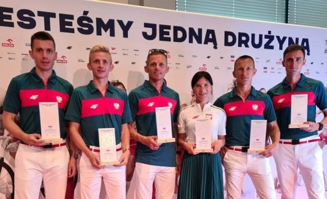 Ekipa chodziarzy na IO Tokio 2020 z Katarzyną Zdziebło i Rafałem Augustynem (w środku) oraz trenerem Krzysztofem Augustynem (z lewej).