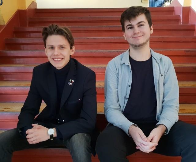 Kamil Polewski (z prawej)  i Oskar Serkowski będą walczyć o zwycięstwo w olimpiadzie. Obaj są uczniami klas  społeczno-prawnych, a ich opiekunem merytorycznym jest dr Sławomir Drelich