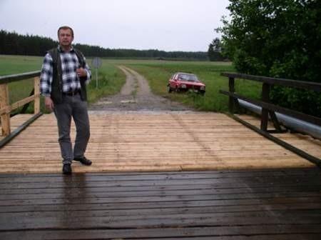 Mieszkańcy Kamionki i Osady Płęsno nie muszą się już obawiać przejazdu przez most. Jego pokład został już częściowo wyremontowany. Na zdjęciu Grzegorz Wiśniewski, sołtys Swornegaci.