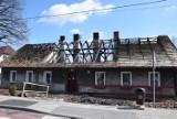 Pożar w Murckach: miasto wypłaci pogorzelcom zapomogi. Co ze spalonym domem? ZDJĘCIA