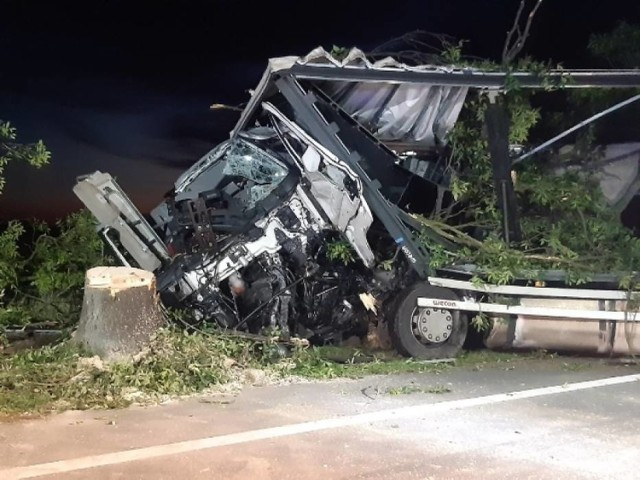 7 lipca na drodze krajowej nr 46 w Sidzinie ciężarówka uderzyła w drzewo. Zginął 55-letni kierowca.