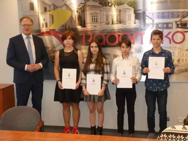 Prezydent Jarosław Ferenc oraz (od prawej) Katarzyna Kozera, Oliwia Drzazga, Franek Koćwin i Szymon Wojciechowski
