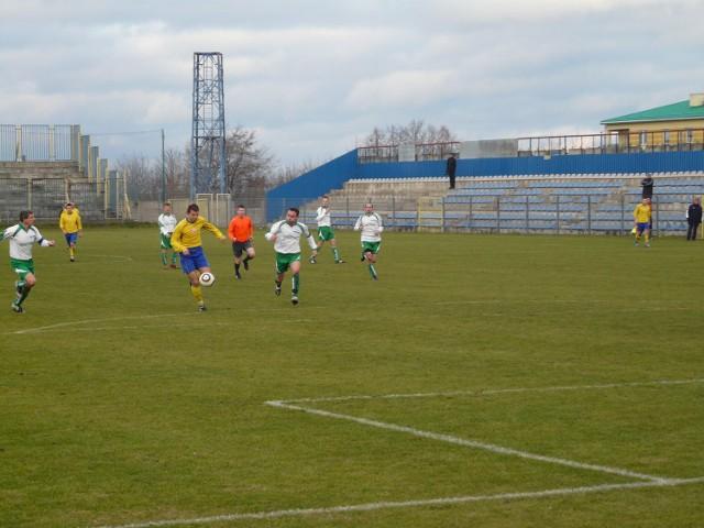 Tomasz Walioszczyk (żółta koszulka) strzelił dla Mechanika Radomsko pięć goli w dwóch meczach