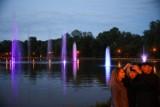 Kraków. Tańczące fontanny z barwnym pokazem po zmroku nad Zalewem Nowohuckim [ZDJĘCIA]