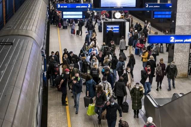 Nie wszyscy pasażerowie noszą maseczki ochronne na Dworcu Centralnym