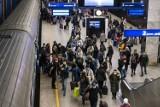 Warszawa. Pasażerowie nie noszą maseczek na Dworcu Centralnym. Ochrona niewiele może zrobić