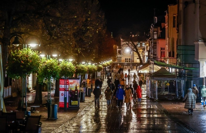 Jesienny Sopot nocą. Zobaczcie wyjątkowe zdjęcia kameralnego kurortu, bez tłumu turystów i gwaru imprezowiczów
