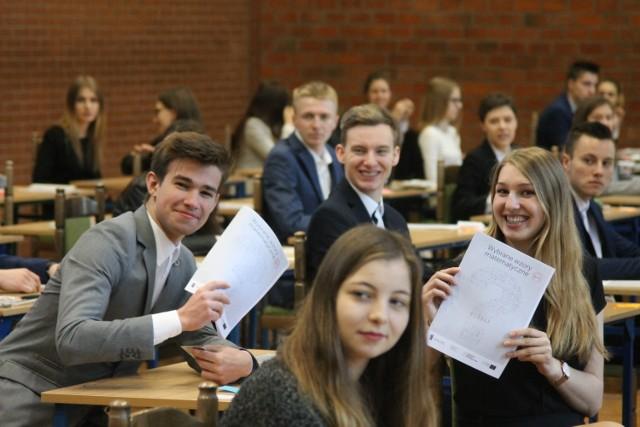 Maturzystom  towarzyszyliśmy przed prawie każdymi egzaminami, by  uwiecznić ich pracę.  Na zdjęciu matury w I Liceum Ogólnokształcącym im. Hugona Kołłątaja w Krotoszynie