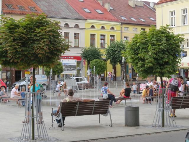 Przy fontannie w centrum Brodnicy stoją ławeczki - można na nich usiąść i w ten sposób trochę się ochłodzić. Kąpiel jest zabroniona