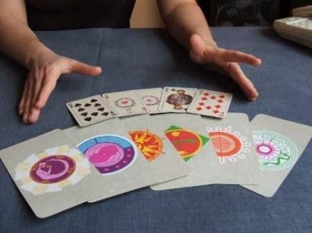 - Karty są zwierciadłem przyszłości, ale trzeba je umiejętnie czytać – mówi wróżka Alicja.