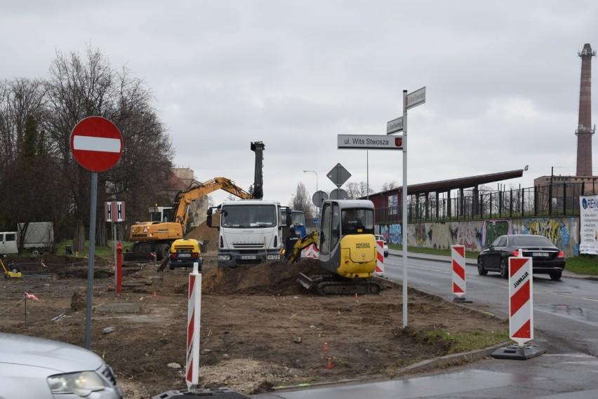 Aleje i pomnik. Ruszyły prace na dawnym cmentarzu przy Wita Stwosza w Pruszczu  ZDJĘCIA