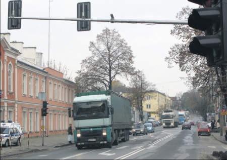 Biegnąca przez środek miasta droga nr 61 zostanie wzmocniona. Powstaną też dwa nowe ronda, foto: Aneta Demianowicz