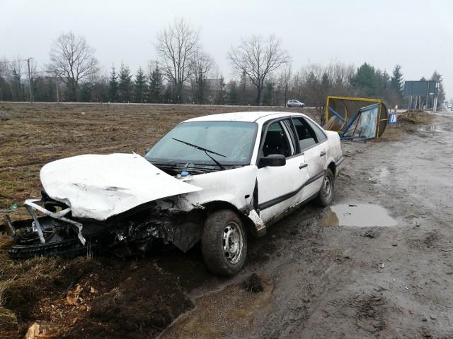 21-letni kierowca passata wymusił pierwszeństwo na nadjeżdżającym busie i doprowadził do wypadku w Brzozówce