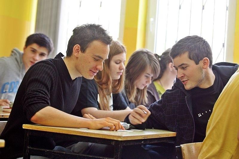 Kamil Grzybowski (z lewej) i Piotr Bojnowski z kl. IIIa z VIII LO przy ul. Zaporoskiej chcą, by próbne matury trafiły do ich szkoły