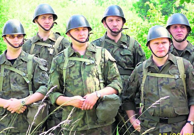 Kapelani wojskowi regularnie przechodzą ćwiczenia na poligonie. Trzeci od prawej  ks. Tomasz Wola