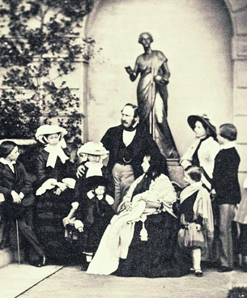 Królowa Victoria z mężem i dziewiątką ich dzieci. Zdjęcie w...