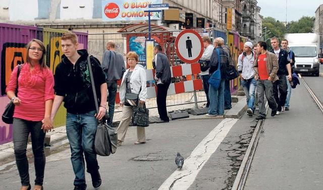 Przystanek przy 3 Maja. Ciasno dla pieszych, aut i tramwajów. Zwróćcie uwagę, gdzie jest wiata!