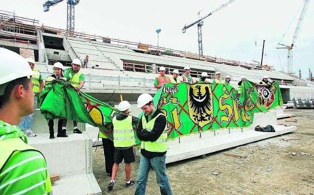 Kibice Śląska dopięli swego i na nowym stadionie będą zielone krzesełka. Teraz będą walczyli o barierki, aby móc wieszać flagi