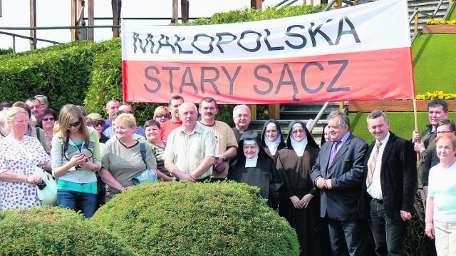 Starosądeczanie z siostrami klaryskami i burmistrzem Marianem Cyconiem przed wyjazdem na beatyfikację do Watykanu