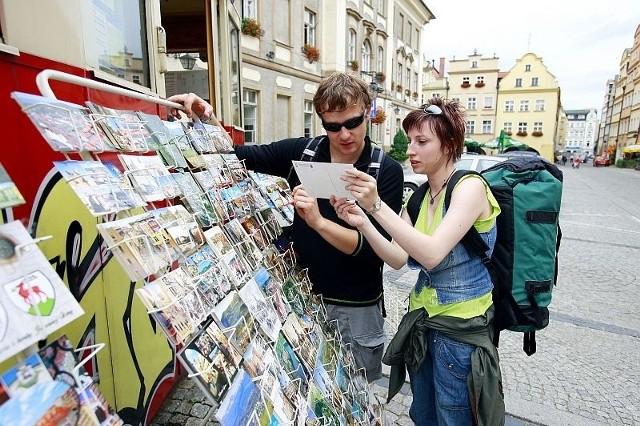 W Jeleniej Górze chętnie kupowane są pocztówki