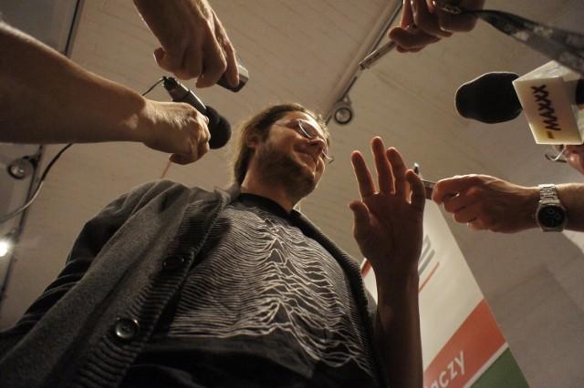 Maciej Podstawny oblegany przez dziennikarzy podczas konferencji prasowej