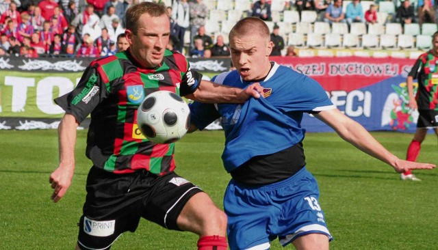 Porażka piłkarzy  Rakowa (niebieskie stroje)  z GKS Tychy oddaliła ich od ligowej czołówki