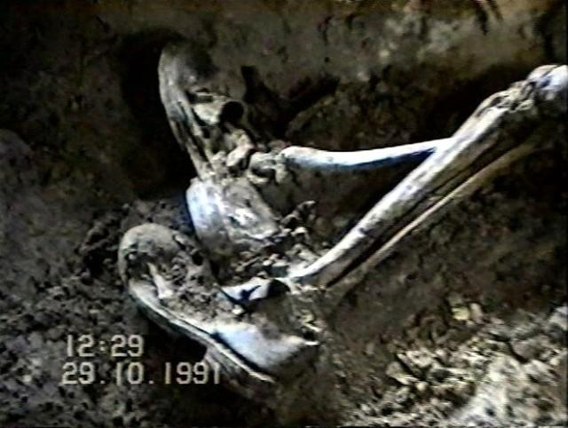Zdjęcie zrobione podczas pierwszej ekshumacji w 1991 roku.