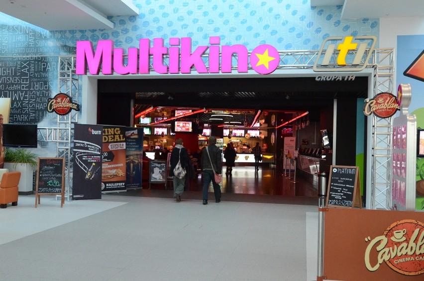 Multikino Malta (ul. abpa Baraniaka 8) A to z kolei najmłodszy wiekiem wielosalowy kompleks kinowy w Poznaniu. Multikino Malta wybija się elegancką strefą Platinum, to trzy luksusowe sale kinowe, do których możemy nawet zamówić sobie jedzenie. Co jakiś czas w Malcie odbywają się premiery polskich filmów z udziałem gwiazd.
