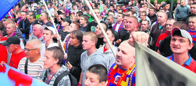 Stowarzyszenie sympatyków Piasta zajmuje się nie tylko kibicowaniem, ale  organizuje też pikiety przed UM w Gliwicach