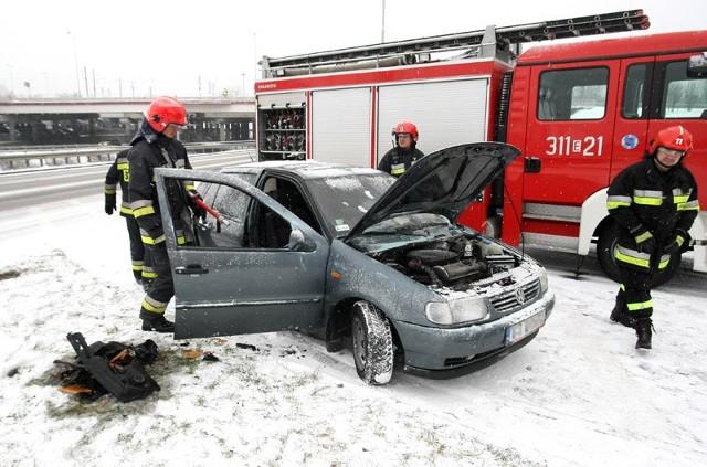 Po 8:00 zapalił się samochód na Bandurskiego przy węźle koło dworca Łódź Kaliska.