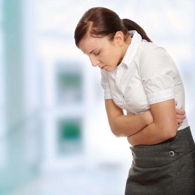 Głównym i najczęstszym objawem choroby wrzodowej jest palący ból brzucha. Łagodzi go zjedzenie dowolnej przekąski lub środek zobojętniający.