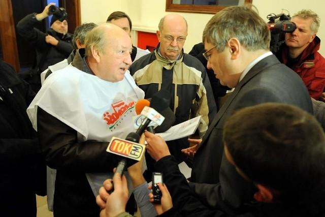Związkowcy wręczyli petycję Grzegorzowi Ganowiczowi, przewodniczącemu Rady Miasta